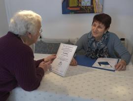 Senioren-Assistenz-Zertifikat wird vorgezeigt