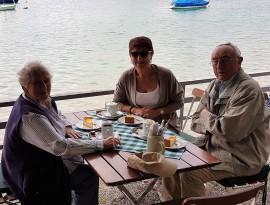 Senioren sitzen am Wörthsee im FünfSeenLand