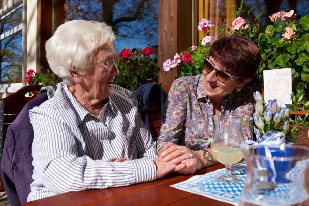 Glückliche Seniorin mit Gesellschafterin
