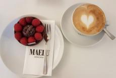 Toertchen mit einer Tasse MAELU Kaffee