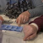 Tabletten für Senioren einsortieren