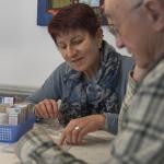 Seniorenassistentin erklärt Medikamentenplan