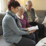 Gesellschafterin mit Seniorenpaar